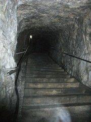 井倉洞・狭い階段