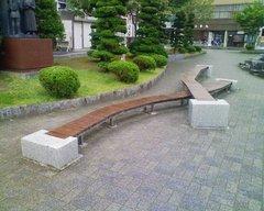 遠野・駅前の不思議なベンチ.jpg