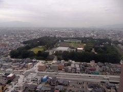 霞城セントラル展望室より山形城をのぞむ.jpg