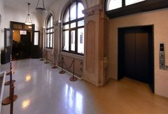 開港記念会館2階廊下.jpg