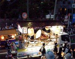 竿燈祭りトラック演奏中.jpg