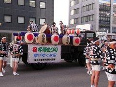 竿燈祭りトラック自衛隊.jpg
