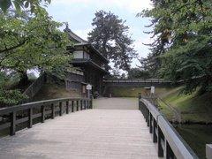 弘前城北門と亀甲橋.jpg