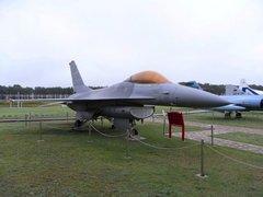 三沢航空科学館屋外F16.jpg
