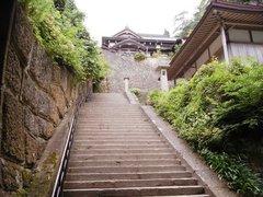 山寺階段02仁王門の先.jpg