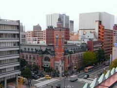 神奈川県庁本庁舎屋上から開港記念会館を見る.jpg
