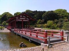東院庭園・中央建物と平橋.jpg