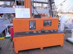 日本丸・船首楼甲板の椰子の実