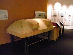 斑鳩文化財センター・展示室・石棺模型.jpg