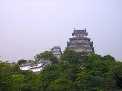 姫路城・天守閣を公園より見上げる