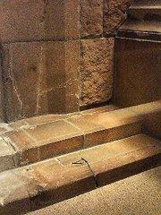 平和記念資料館・階段に写った影.jpg