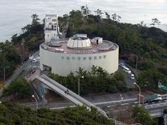 エスカヒル・展望台から見た架橋記念館.jpg