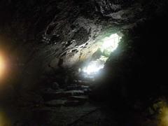 コウモリ穴・内側から見た入口.jpg