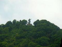 トロッコ列車・平和の像.jpg