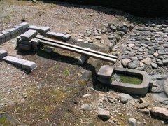 亀形石造物・樋と舟形石槽.jpg