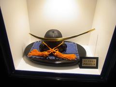仙台駅・トイレに飾られた伊達政宗の兜.jpg