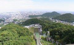大倉山ジャンプ競技場・展望台から見下ろす.jpg