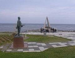 宗谷岬・最北端の碑と間宮林蔵像.jpg
