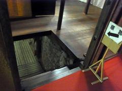 旧金比羅大芝居・奈落への階段.jpg