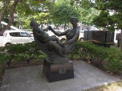 札幌大通公園・花の母子像.jpg