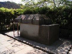 石舞台古墳・復元石棺.jpg