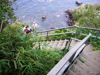 猿島洞窟への階段.jpg