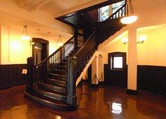 開港記念会館ステンドグラス前1階階段室.jpg