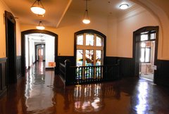 開港記念会館ステンドグラス前2階階段室.jpg