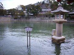 厳島神社・鏡の池・満潮時