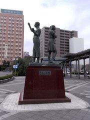 弘前駅前銅像.jpg