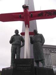 三沢航空科学館前銅像.jpg