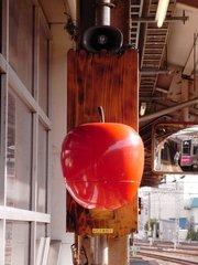 青森駅ホームリンゴ.jpg