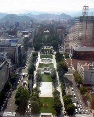 テレビ塔・展望室から大通公園を見おろす.jpg