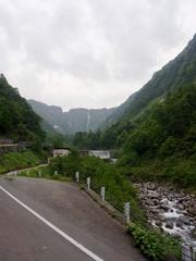 バス車中から見た称名滝.jpg