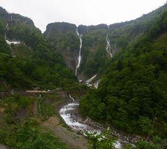遊歩道から見るハンノキ滝.jpg